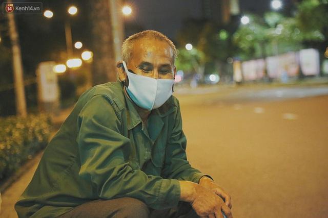 Người vô gia cư lay lắt trong đêm đầu Sài Gòn giãn cách: Con không có nhà, tối con ra Cầu Mống mà ngủ - Ảnh 22.