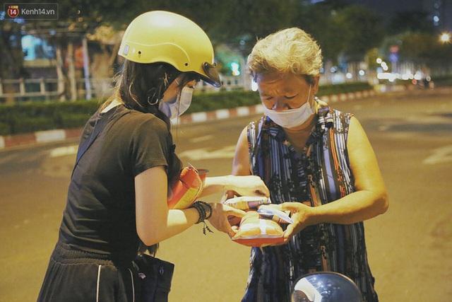 Người vô gia cư lay lắt trong đêm đầu Sài Gòn giãn cách: Con không có nhà, tối con ra Cầu Mống mà ngủ - Ảnh 23.