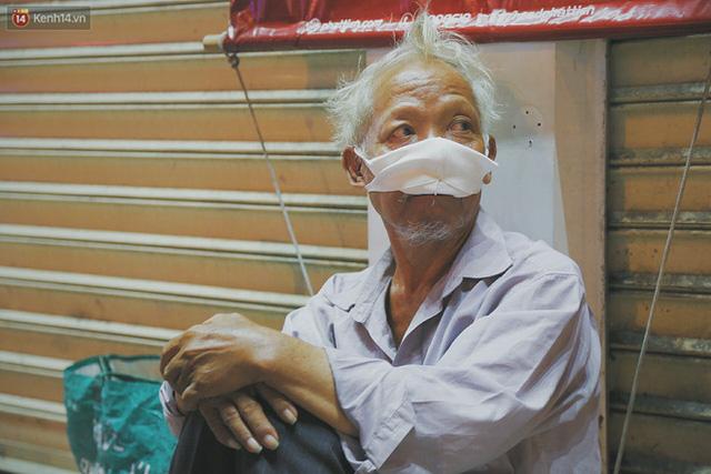 Người vô gia cư lay lắt trong đêm đầu Sài Gòn giãn cách: Con không có nhà, tối con ra Cầu Mống mà ngủ - Ảnh 25.