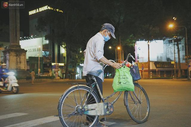 Người vô gia cư lay lắt trong đêm đầu Sài Gòn giãn cách: Con không có nhà, tối con ra Cầu Mống mà ngủ - Ảnh 27.