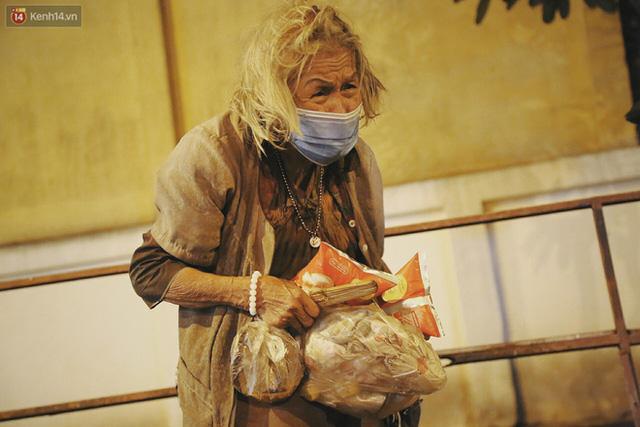 Người vô gia cư lay lắt trong đêm đầu Sài Gòn giãn cách: Con không có nhà, tối con ra Cầu Mống mà ngủ - Ảnh 28.