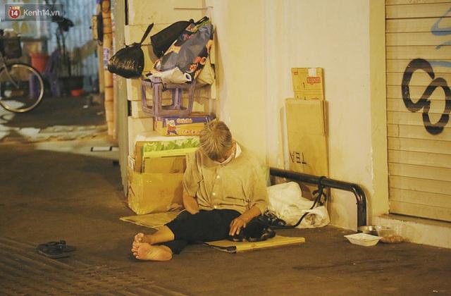 Người vô gia cư lay lắt trong đêm đầu Sài Gòn giãn cách: Con không có nhà, tối con ra Cầu Mống mà ngủ - Ảnh 29.