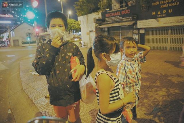 Người vô gia cư lay lắt trong đêm đầu Sài Gòn giãn cách: Con không có nhà, tối con ra Cầu Mống mà ngủ - Ảnh 6.