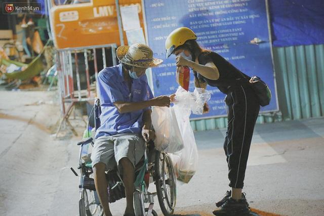 Người vô gia cư lay lắt trong đêm đầu Sài Gòn giãn cách: Con không có nhà, tối con ra Cầu Mống mà ngủ - Ảnh 8.