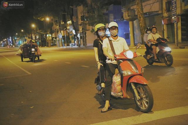 Người vô gia cư lay lắt trong đêm đầu Sài Gòn giãn cách: Con không có nhà, tối con ra Cầu Mống mà ngủ - Ảnh 9.