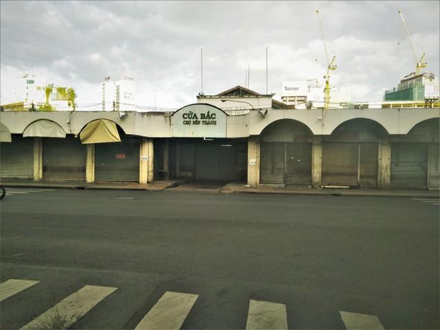 Nhìn gần các chợ nổi tiếng của TPHCM cửa đóng then cài mùa COVID-19 - Ảnh 2.