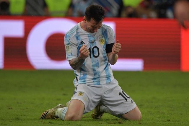 Ảnh: Messi được cả đội tung lên trời sau khi giành chức vô địch đầu tiên với ĐT Argentina - Ảnh 2.