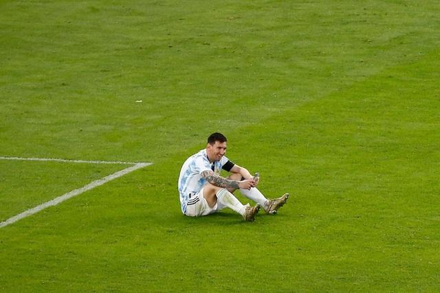 Khoảnh khắc gia đình là số 1 gây sốt MXH thế giới: Messi ngồi bệt giữa sân video call khoe vợ huy chương vô địch Copa America - Ảnh 2.