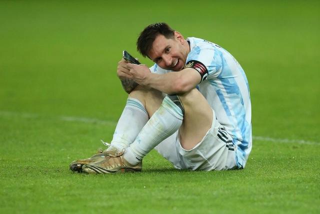 Khoảnh khắc gia đình là số 1 gây sốt MXH thế giới: Messi ngồi bệt giữa sân video call khoe vợ huy chương vô địch Copa America - Ảnh 3.