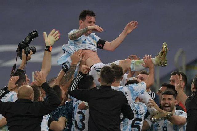 Ảnh: Messi được cả đội tung lên trời sau khi giành chức vô địch đầu tiên với ĐT Argentina - Ảnh 3.