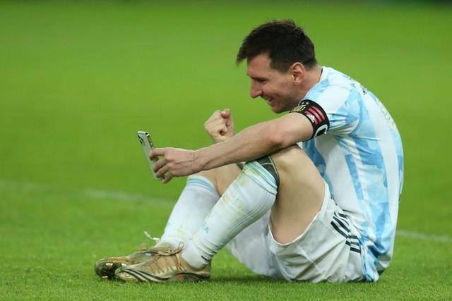Khoảnh khắc gia đình là số 1 gây sốt MXH thế giới: Messi ngồi bệt giữa sân video call khoe vợ huy chương vô địch Copa America - Ảnh 4.