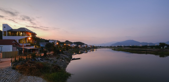 Nhà ven sông siêu chill với kiến trúc nhiệt đới, mê nhất là khu giếng trời xanh mát đến lịm người - Ảnh 26.