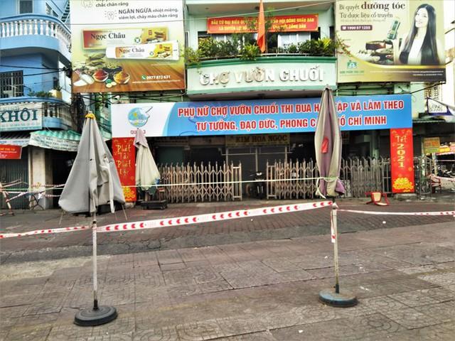 Nhìn gần các chợ nổi tiếng của TPHCM cửa đóng then cài mùa COVID-19 - Ảnh 4.