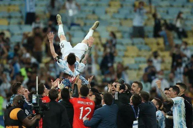 Ảnh: Messi được cả đội tung lên trời sau khi giành chức vô địch đầu tiên với ĐT Argentina - Ảnh 4.