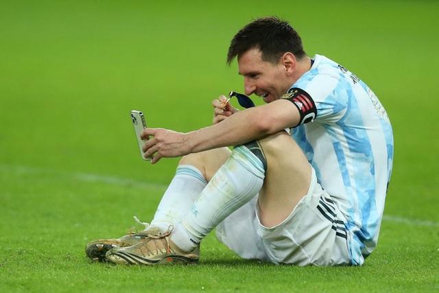 Khoảnh khắc gia đình là số 1 gây sốt MXH thế giới: Messi ngồi bệt giữa sân video call khoe vợ huy chương vô địch Copa America - Ảnh 5.