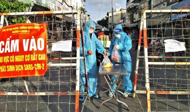 Nhìn gần các chợ nổi tiếng của TPHCM cửa đóng then cài mùa COVID-19 - Ảnh 5.