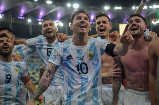 Ảnh: Messi được cả đội tung lên trời sau khi giành chức vô địch đầu tiên với ĐT Argentina - Ảnh 5.