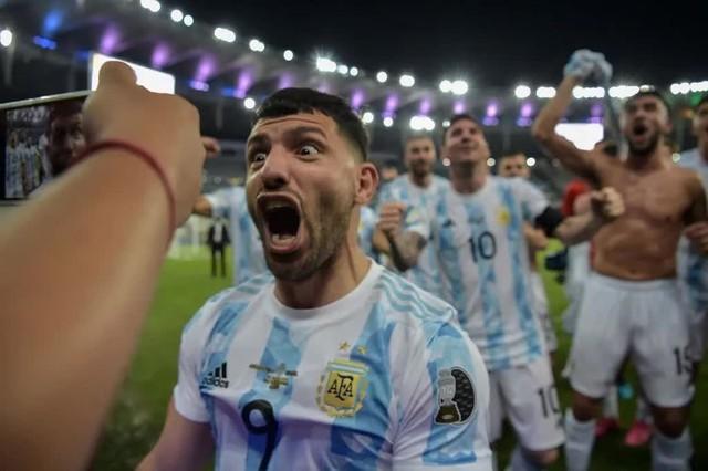 Ảnh: Messi được cả đội tung lên trời sau khi giành chức vô địch đầu tiên với ĐT Argentina - Ảnh 6.