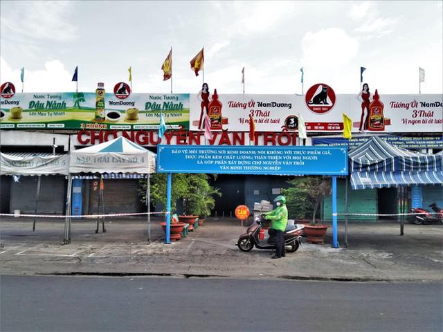 Nhìn gần các chợ nổi tiếng của TPHCM cửa đóng then cài mùa COVID-19 - Ảnh 7.