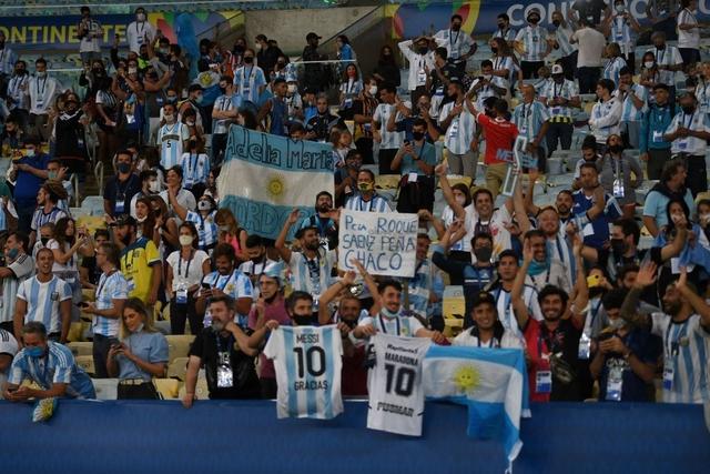 Ảnh: Messi được cả đội tung lên trời sau khi giành chức vô địch đầu tiên với ĐT Argentina - Ảnh 7.