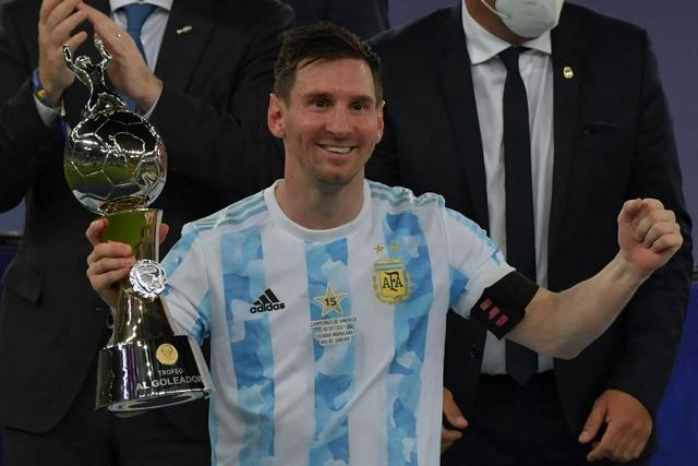 Ảnh: Messi được cả đội tung lên trời sau khi giành chức vô địch đầu tiên với ĐT Argentina - Ảnh 8.