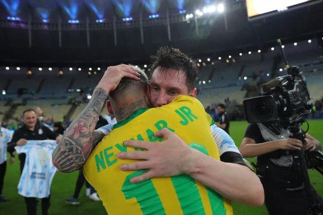 Ảnh: Messi được cả đội tung lên trời sau khi giành chức vô địch đầu tiên với ĐT Argentina - Ảnh 9.