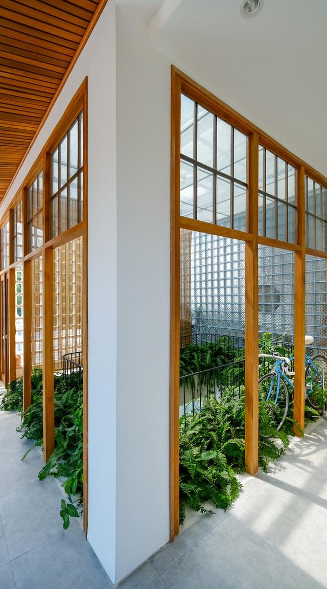 Nhà ven sông siêu chill với kiến trúc nhiệt đới, mê nhất là khu giếng trời xanh mát đến lịm người - Ảnh 10.
