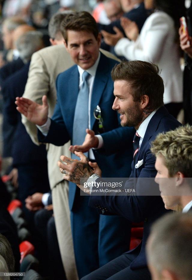 2 ông chú cực phẩm nhất Chung kết Euro 2020: Tom Cruise 59 và Beckham 46 nhưng 1 cái đập tay thôi cũng khiến thế giới chao đảo  - Ảnh 2.