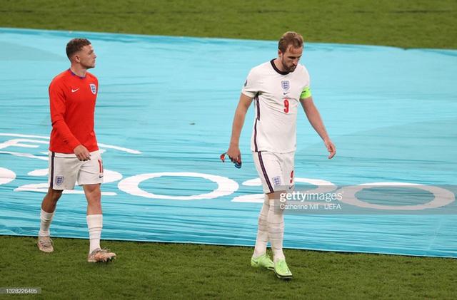 Nhiều cầu thủ tuyển Anh tháo bỏ huy chương ngay sau khi được trao, Harry Kane cũng không ngoại lệ - Ảnh 1.