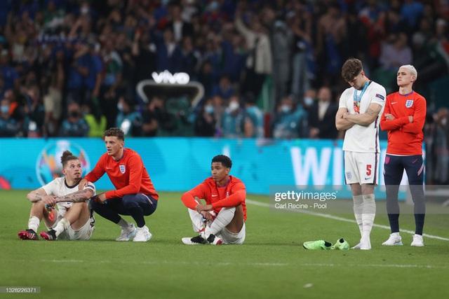 Nhiều cầu thủ tuyển Anh tháo bỏ huy chương ngay sau khi được trao, Harry Kane cũng không ngoại lệ - Ảnh 2.