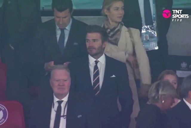 Hình ảnh đau lòng cuối trận Chung kết Euro 2020: David Beckham thẫn thờ giữa đám đông, mặt buồn thiu khi Anh thua Ý - Ảnh 1.