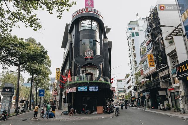 """Mặt bằng nhà phố trung tâm Sài Gòn """"kiệt sức"""" vì Covid-19: Chi chít bảng cho thuê nhưng chẳng ai ngó ngàng - Ảnh 1."""