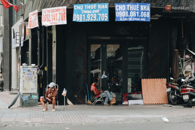 """Mặt bằng nhà phố trung tâm Sài Gòn """"kiệt sức"""" vì Covid-19: Chi chít bảng cho thuê nhưng chẳng ai ngó ngàng - Ảnh 2."""