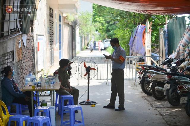 Hà Nội: Phong toả con ngõ tại phường Mỹ Đình, nhân viên y tế gọi cửa từng nhà để khai báo y tế - Ảnh 1.