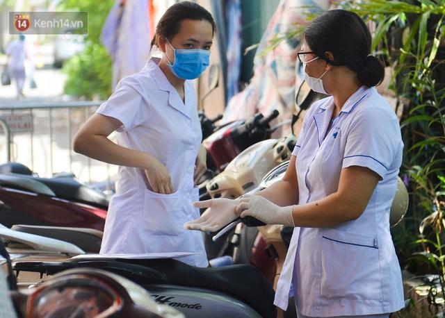 Hà Nội: Phong toả con ngõ tại phường Mỹ Đình, nhân viên y tế gọi cửa từng nhà để khai báo y tế - Ảnh 2.