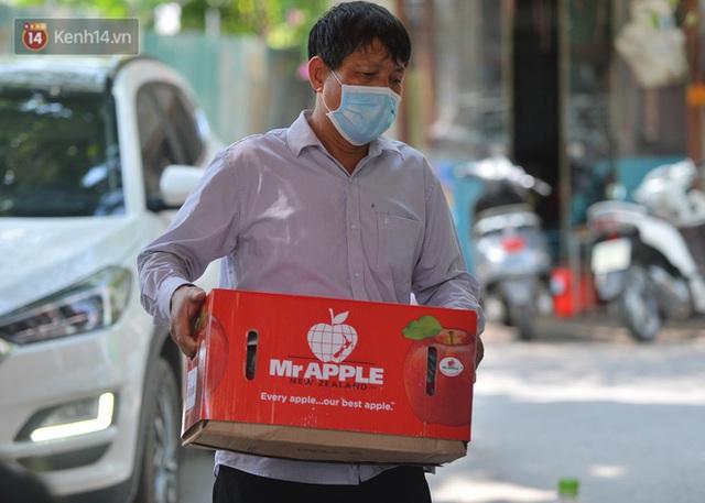 Hà Nội: Phong toả con ngõ tại phường Mỹ Đình, nhân viên y tế gọi cửa từng nhà để khai báo y tế - Ảnh 11.