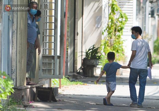 Hà Nội: Xót xa hình ảnh trẻ nhỏ đội nắng theo cha mẹ đi xét nghiệm Covid-19 trong khu cách ly - Ảnh 11.