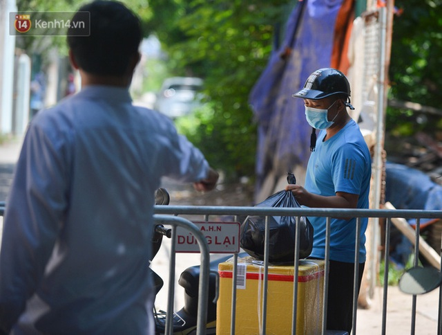 Hà Nội: Phong toả con ngõ tại phường Mỹ Đình, nhân viên y tế gọi cửa từng nhà để khai báo y tế - Ảnh 12.