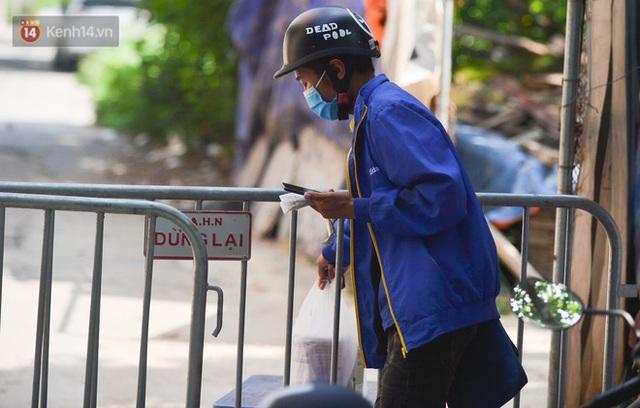 Hà Nội: Phong toả con ngõ tại phường Mỹ Đình, nhân viên y tế gọi cửa từng nhà để khai báo y tế - Ảnh 13.