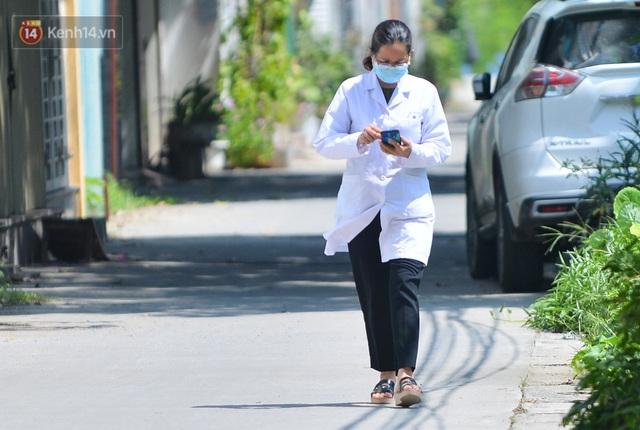 Hà Nội: Phong toả con ngõ tại phường Mỹ Đình, nhân viên y tế gọi cửa từng nhà để khai báo y tế - Ảnh 14.