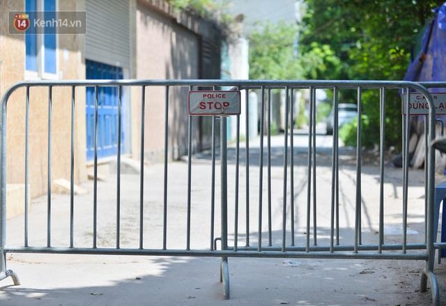 Hà Nội: Phong toả con ngõ tại phường Mỹ Đình, nhân viên y tế gọi cửa từng nhà để khai báo y tế - Ảnh 15.