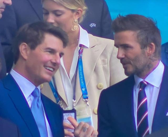 2 ông chú cực phẩm nhất Chung kết Euro 2020: Tom Cruise 59 và Beckham 46 nhưng 1 cái đập tay thôi cũng khiến thế giới chao đảo  - Ảnh 4.