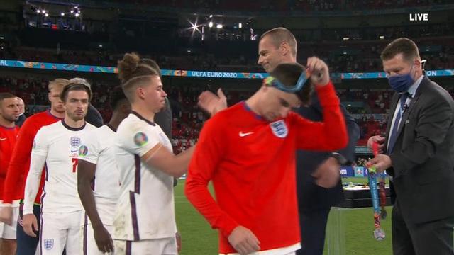 Nhiều cầu thủ tuyển Anh tháo bỏ huy chương ngay sau khi được trao, Harry Kane cũng không ngoại lệ - Ảnh 3.