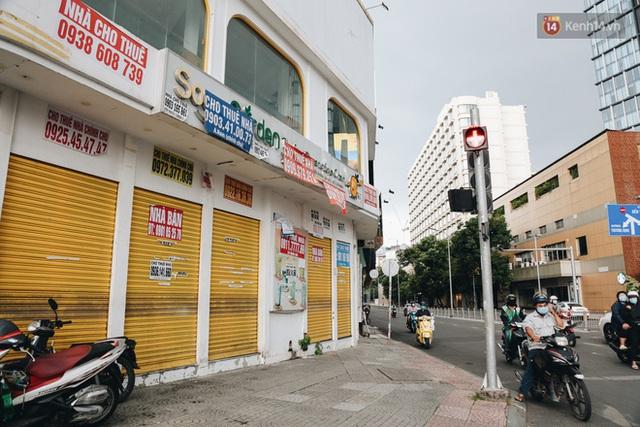 """Mặt bằng nhà phố trung tâm Sài Gòn """"kiệt sức"""" vì Covid-19: Chi chít bảng cho thuê nhưng chẳng ai ngó ngàng - Ảnh 4."""