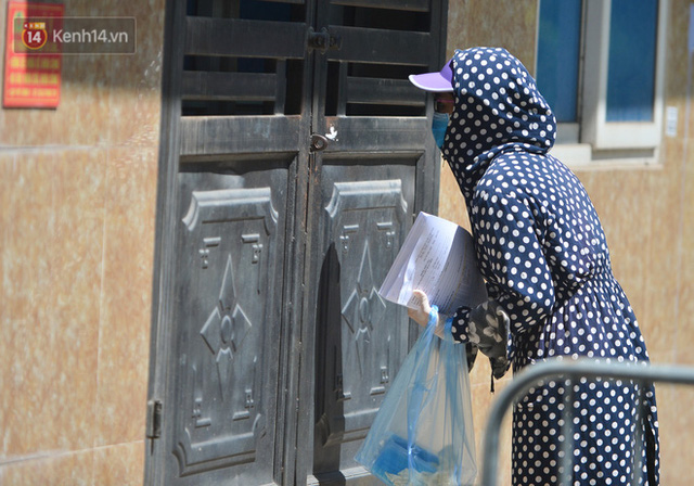 Hà Nội: Phong toả con ngõ tại phường Mỹ Đình, nhân viên y tế gọi cửa từng nhà để khai báo y tế - Ảnh 5.