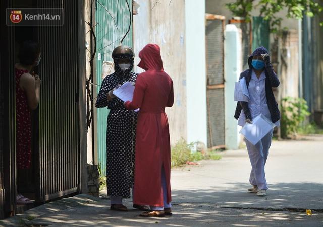 Hà Nội: Phong toả con ngõ tại phường Mỹ Đình, nhân viên y tế gọi cửa từng nhà để khai báo y tế - Ảnh 6.