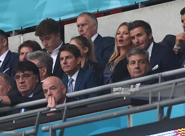 2 ông chú cực phẩm nhất Chung kết Euro 2020: Tom Cruise 59 và Beckham 46 nhưng 1 cái đập tay thôi cũng khiến thế giới chao đảo  - Ảnh 8.