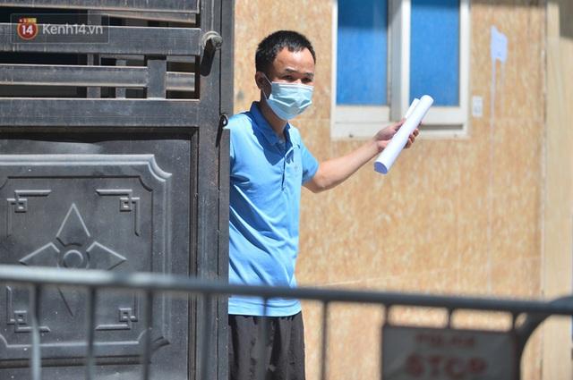Hà Nội: Phong toả con ngõ tại phường Mỹ Đình, nhân viên y tế gọi cửa từng nhà để khai báo y tế - Ảnh 8.