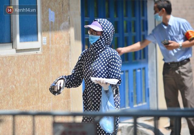 Hà Nội: Phong toả con ngõ tại phường Mỹ Đình, nhân viên y tế gọi cửa từng nhà để khai báo y tế - Ảnh 9.