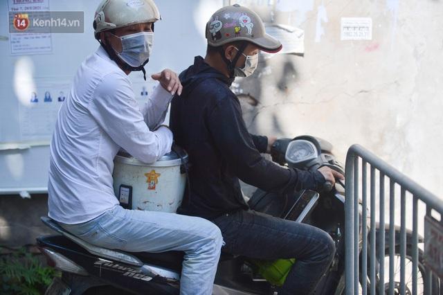 Hà Nội: Phong toả con ngõ tại phường Mỹ Đình, nhân viên y tế gọi cửa từng nhà để khai báo y tế - Ảnh 10.